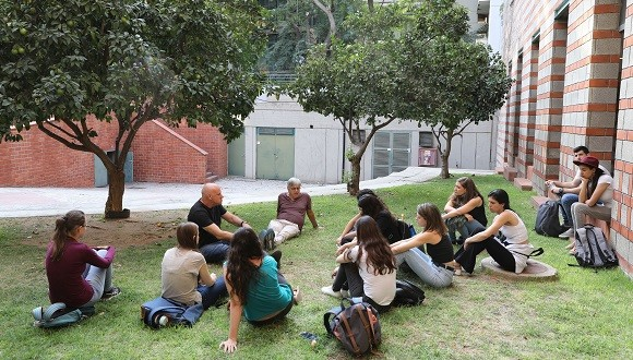 Prof. Eran Bacharach and Prof. Marcelo Ehrlich with a group of students